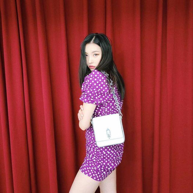 La robe violette à pois blanc portée par Sunmi sur son compte Instagram @miyayeah