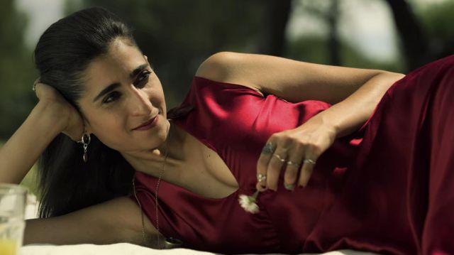 Red silk dress worn by Nairobi (Alba Flores) in Money Heist (S04E05)