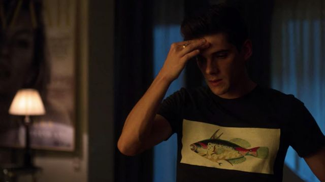 Printed multicolor fish t-shirt in black worn by Polo (Alvaro Rico) as seen in Elite (S03E06)