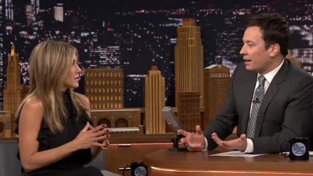 La blouse fluide noire à volants portée par Jennifer Aniston dans The Tonight Show Starring Jimmy Fallon