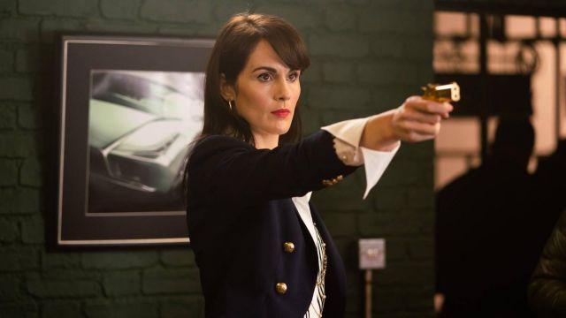Le blazer Balmain porté par Rosalind Pearson (Michelle Dockery) dans The Gentlemen