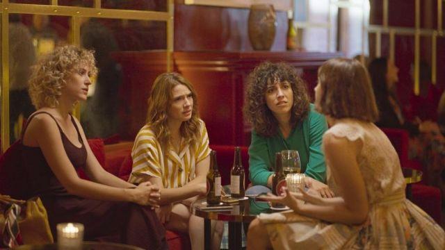 Le chemisier rayé porté par Valeria (Diana Gómez) dans la série Valeria (Saison 1)