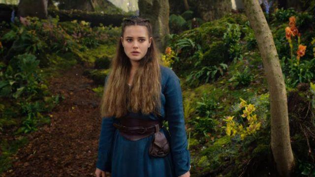 La robe bleu de Nimue (Katherine Langford) dans Cursed : La rebelle (S01E01)