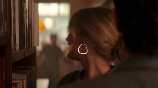 Earrings worn by Guinevere Beck (Elizabeth Lail) in YOU (S01E01)