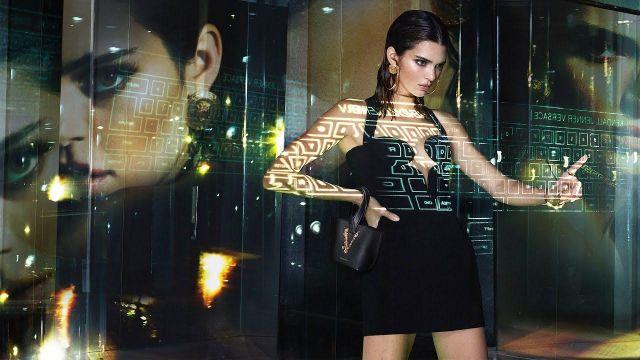 Versace Graphique Décolleté Mini Robe portée par Kendall Jenner dans les Versace Printemps-Été De 2020 | Campagne Publicitaire | Kendall Jenner