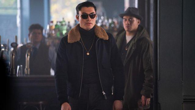 Olive parka veste portée par Phuc (Jason Wong) chez Les Messieurs