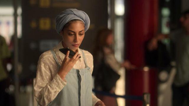 The shirt taupe embroidered Nadia Shanaa (Mina El Hammani) in Elite (S03E08)