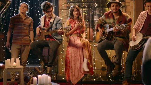 La robe colorée de Martina Stoessel dans le clip Consejo de Amor de TINI feat. Morat