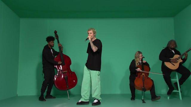 Le pantalon de survêtement vert porté par Justin Bieber dans la vidéo Yummy (Live) - SNL