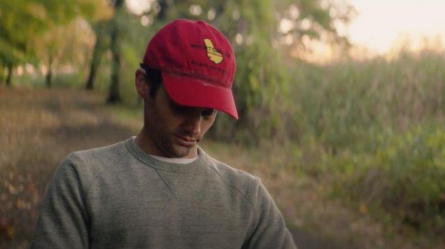 The red cap worn by Joe Goldberg (Penn Badgley) in YOU S01E06
