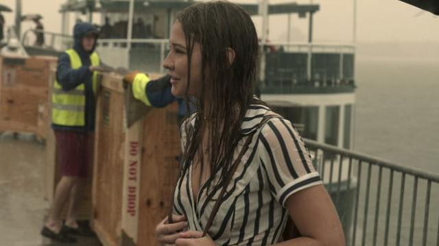 The striped dress and the short sleeves worn by Sarah Cameron (Madelyn Cline) in Outer Banks (S01E04)