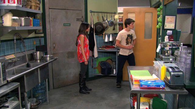 Bottes portée par Alex Russo (Selena Gomez) dans Les Sorciers de Waverly Place (S04E27)