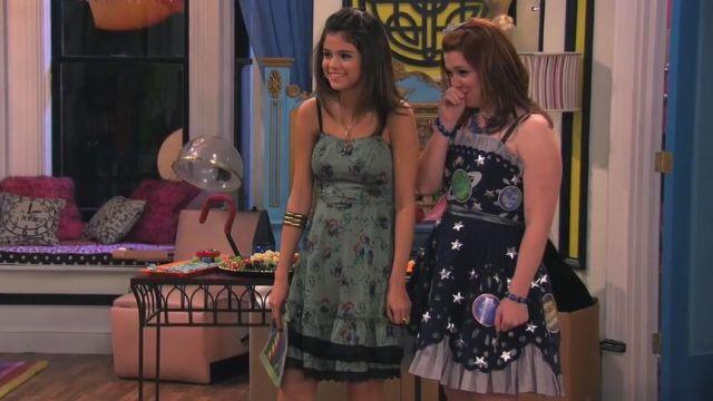 Robe portée par Alex Russo (Selena Gomez) dans Les Sorciers de Waverly Place (S04E21)