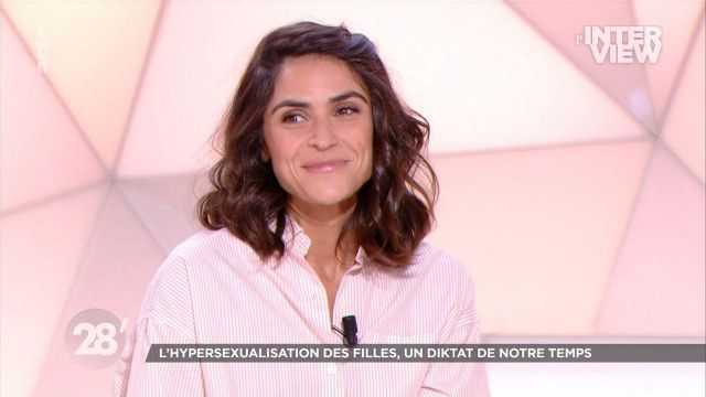 The oversize shirt with pink stripes, bell sleeves elbow length of Sonia Chironi in 28 minutes on the 17.08.2020