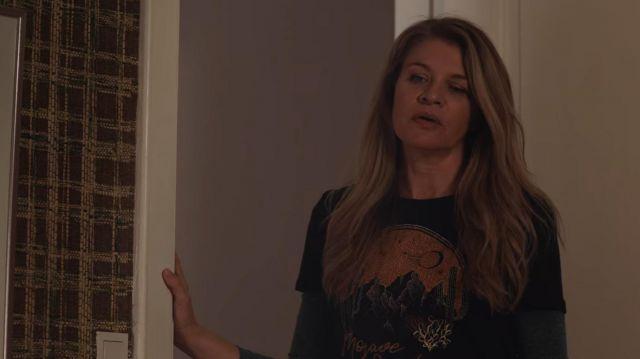 The t-shirt Mojave sundown of Rita Madsen (Mille Dinesen) in Rita (S05E04)