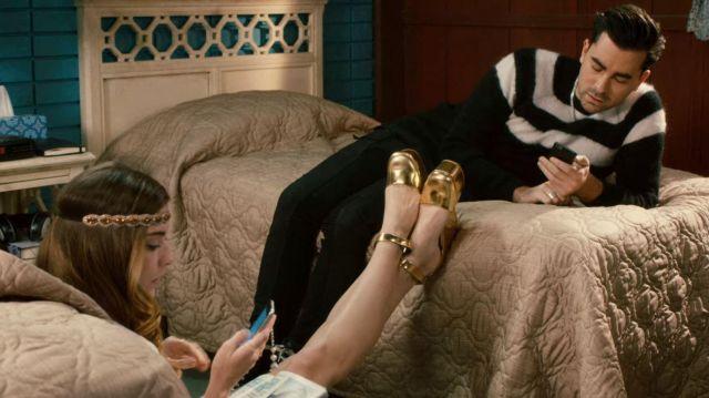 Céline Métallique Or Bout Rond Dorsay Ankle Strap Plateforme porté par Alexis Rose (Annie Murphy) dans Schitt's Creek (S01E10)