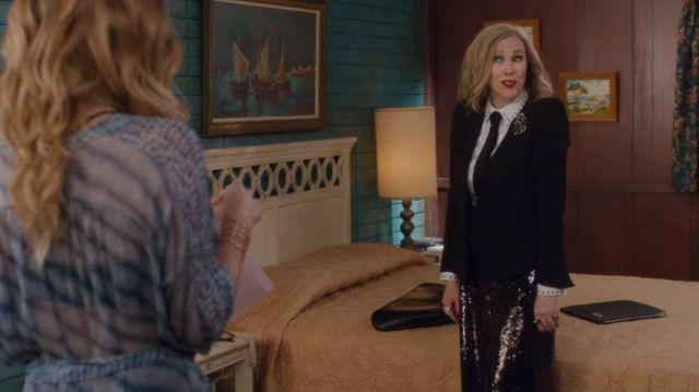 Proenza Schouler Noir Paillettes de Karaté Pantalon porté par Moira Rose (Catherine O'Hara) dans Schitt's Creek (S04E09)