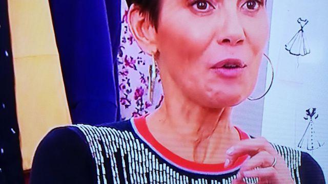 Le t-shirt avec rayures en perles porté par Cristina Córdula dans Les Reines du Shopping
