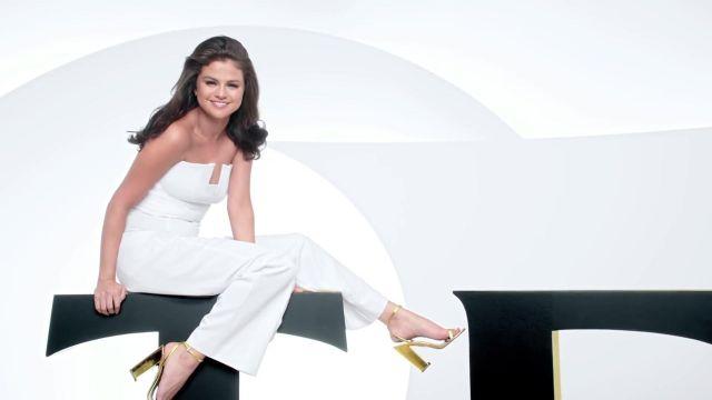 La combinaison blanche portée par Selena Gomez dans la publicité Selena Gomez Shows Why Strong Is Beautiful de Pantene