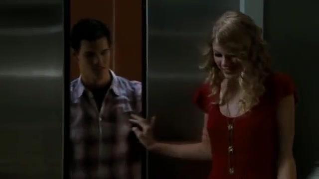 La robe rouge portée par Felicia (Taylor Swift) dans le film Valentine's Day