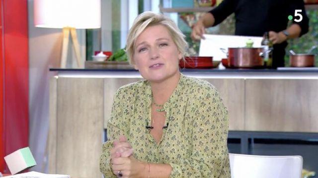 Le chemisier porté par Anne-Élisabeth Lemoine dans l'émission C à Vous