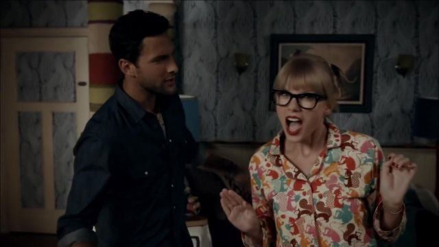 "Pyjamas portée par Taylor Swift dans Everything Wrong With Taylor Swift - ""We Are Never Ever Getting Back Together"""
