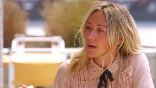 Chemisier à volants rose porté par Alexandra dans la vente de Sunset (S01E06)