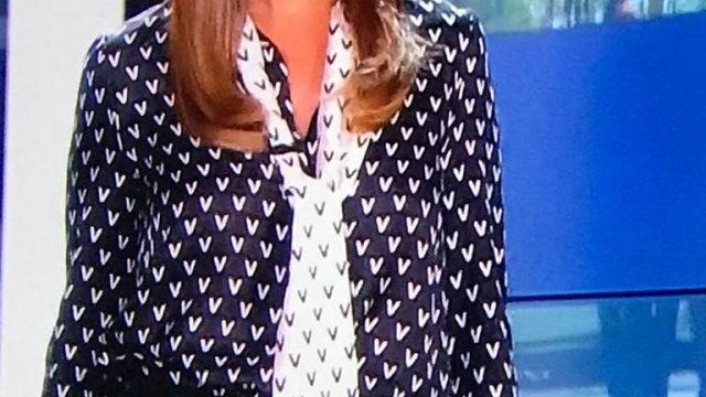 Chemise noir et blanche avec longue cravate a motif portée par karine ferri Karine Ferri dans l'émission Les docs du week end