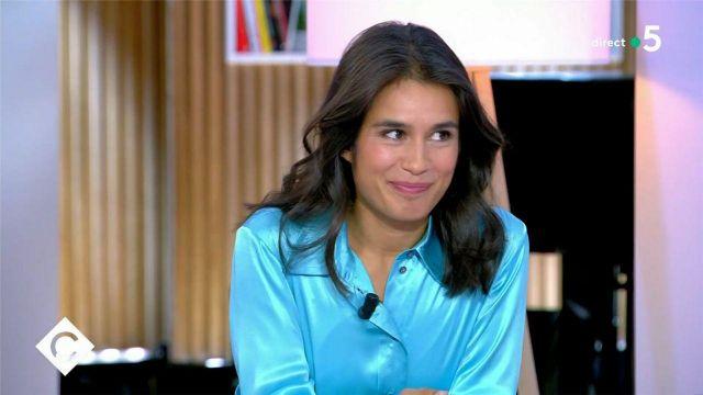The silk shirt turquoise blue of Émilie Tran Nguyen in C à Vous