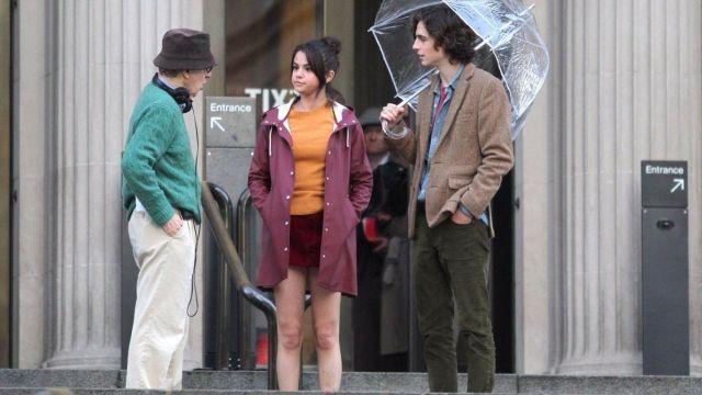 Manteau à capuche de Chan (Selena Gomez) dans A Rainy Day à New York
