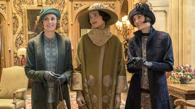 Manteau Noir Brodé de Lady Mary (Michelle Dockery) dans Downton Abbey