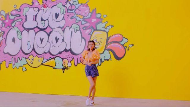 Les chaussures blanches Puma de Selena Gomez dans BLACKPINK - 'Ice Cream (with Selena Gomez)' M / V