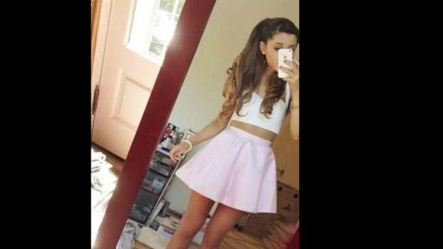 Top blanc portée par Ariana Grande sur une photo