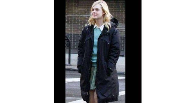 Manteau noir d'Ashleigh (Elle Fanning) dans A Rainy Day à New York