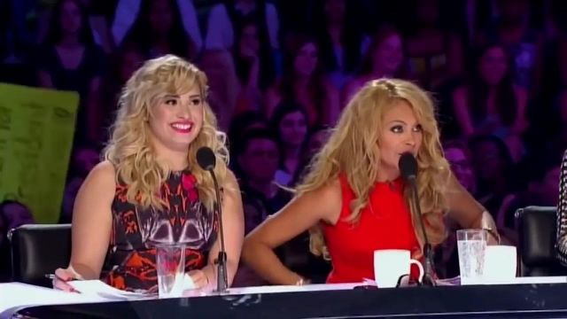 Robe portée par Demi Lovato dans Latin Ice Cream Man Jorge Pena Insults ANGRY Demi Lovato! | X Factor Global