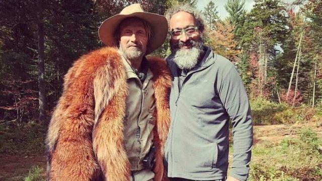 Manteau marron en fausse fourrure de Mayor Prentiss (Mads Mikkelsen) dans Chaos Walking