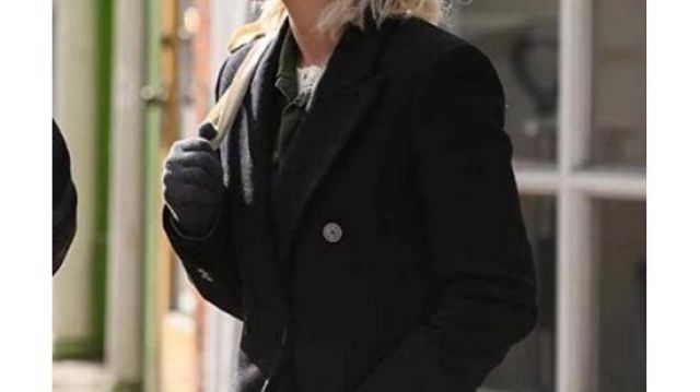 Black Classy Coat of Abby (Kristen Stewart) in Happiest Season
