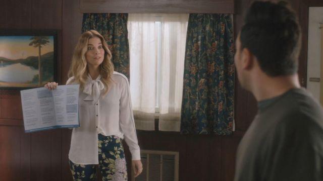 Rag & Bone Navy Floral Pants porté par Alexis Rose (Annie Murphy) dans Schitt's Creek (S03E06)