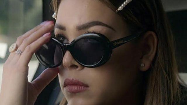 Lunettes de soleil noires portées à la maison de Cayetana de Lu Montesinos (Danna Paola) dans Élite (S02E02)