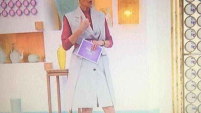 Robe Blazer beige à boutons de Cristina Córdula dans Les Reines du Shopping