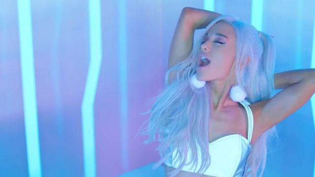 Top blanc portée par Ariana Grande dans le clip de Focus