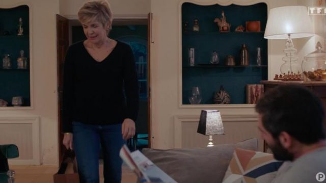 Black t-shirt with V-neck of Anne-Marie Lazzari (Véronique Jannot) in Tomorrow belongs to us (Episode 839)