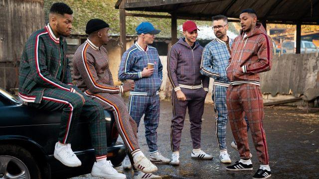 Survêtement en flanelle bleu clair avec des accents marron wortn par l'entraîneur (Colin Farrell) comme on le voit dans le film The Gentlemen
