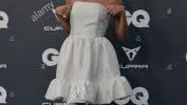 Vestido blanco de Ester Exposito en GQ worn by Carla Roson (Ester Expósito) in Elite