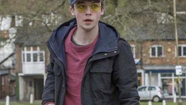 Lunettes jaunes portées par Kenny (Alex Lawther) dans la série Black Mirror (S03E03)