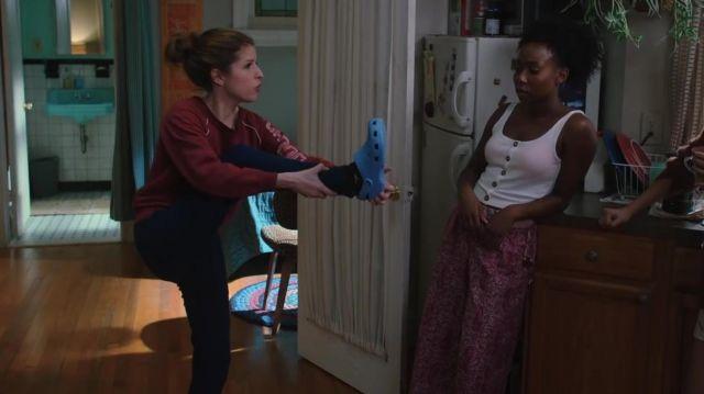 Crocs portée par Darby (Anna Kendrick) dans la série Love Life (S01E03)