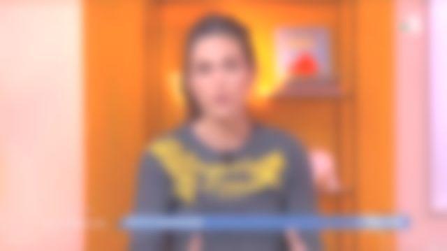 Sweat-shirt ou pull gris brodé jaune «toujours vous» porté par Marie Perarnau  Marie Perarnau dans l'émission La maison des maternelles