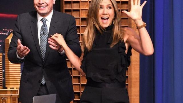 Top noir Givenchy col roulé sans manche avec froufrou sur les côtés porté par Jennifer Aniston Jennifer Aniston  The Tonight Show Starring Jimmy Fallon