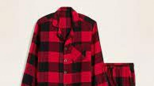 Pyjama à carreaux noir et rouge d'Ava Kolker dans Sydney to the Max