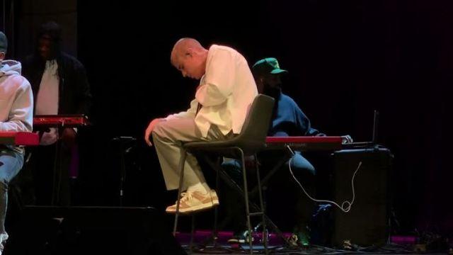 Chaussure porté par Justin Bieber dans la vidéo Justin Bieber emotional on stage during his performance at Churchome in Los Angeles